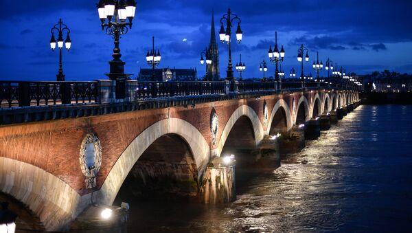 Bordeaux uważane jest za jedno z najstarszych i najpiękniejszych miast we Francji. Słynie z atrakcji kulturalnych i historycznych, do których ściągają turyści z całego świata. - Sputnik Polska