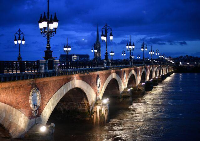 Bordeaux uważane jest za jedno z najstarszych i najpiękniejszych miast we Francji. Słynie z atrakcji kulturalnych i historycznych, do których ściągają turyści z całego świata.
