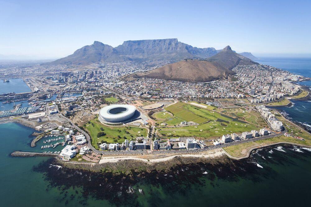 Kapsztad to najpiękniejsze miasto Afryki Południowej. Z jednej strony jest ozdobione wielkimi górami, z drugiej omywane przez fale Atlantyku. Wybrzeże Kapsztadu uważane jest za jedno z najlepszych dla odpoczynku plażowego w Afryce Południowej. Oprócz piękna przyrody w mieście jest wiele atrakcji turystycznych.