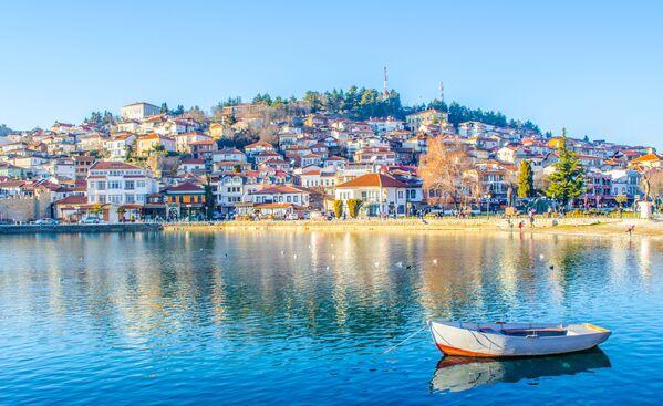 Ochrydę, której historia liczy już ponad 2500 lat, wielu turystów nazywa najpiękniejszym miastem Macedonii. Aby poznać wszystkie jej atrakcje tydzień nie wystarczy. Najsłynniejsze miejsce w mieście to Jezioro Ochrydzkie, którego głębokość sięga ponad 300 metrów. - Sputnik Polska