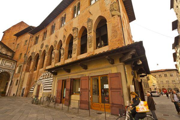 Włoskie miasto Pistoia to ulubione miejsce odpoczynku wielu turystów. Zostało założone przez Rzymian w III lub II wieku p.n.e. W czasie jego istnienia nagromadziło się tu wiele interesujących obiektów. Mieszkańcy lubią dużo i smacznie zjeść, o czym świadczą liczne restauracje. - Sputnik Polska