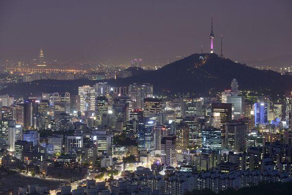 Seul, stolicę Republiki Korea, wielu nazywa miastem przyszłości. Nowoczesne wieżowce, modne samochody i drogie sklepy harmonijnie współistnieją z tradycyjnymi koreańskimi budynkami. Miasto leży nad rzeką Hangan. - Sputnik Polska