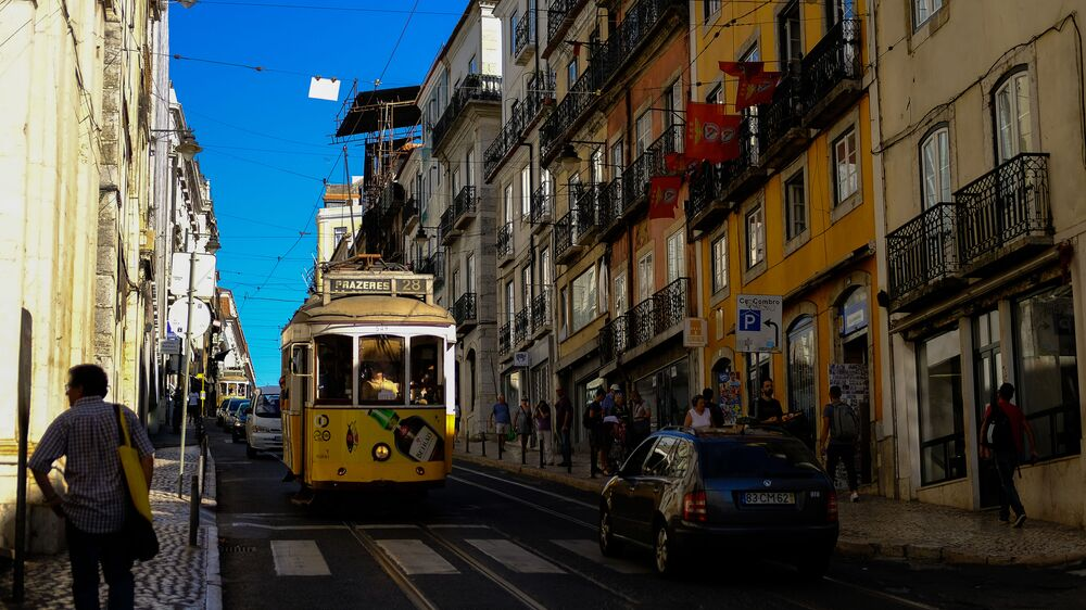 Lizbona to najbardziej na zachód wysunięta stolica Europy i jedna z najstarszych stolic świata. Lizbonę często nazywa się perłą portugalskich miast. Słynie nie tylko ze swoich wyjątkowych atrakcji, ale i miękkiego klimatu.