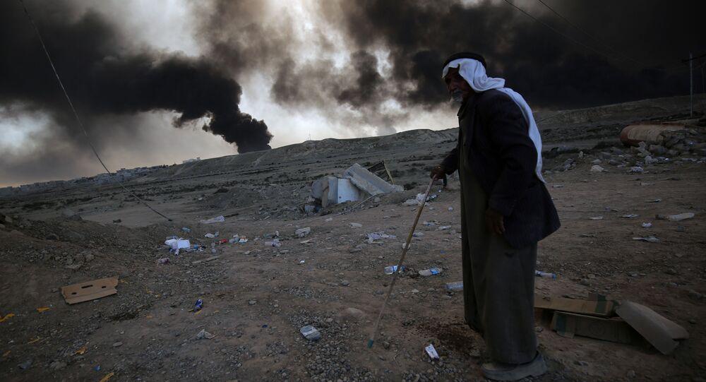 Uchodźca w tle eksplozji podczas operacji irackiej armii przeciwko PI w Mosulu