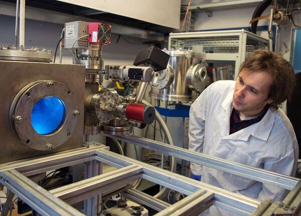 Pracownik obserwuje działanie generatora plazmowego w laboratorium Narodowego Badawczego Uniwersytetu Jądrowego MIFI w Moskwie. - Sputnik Polska