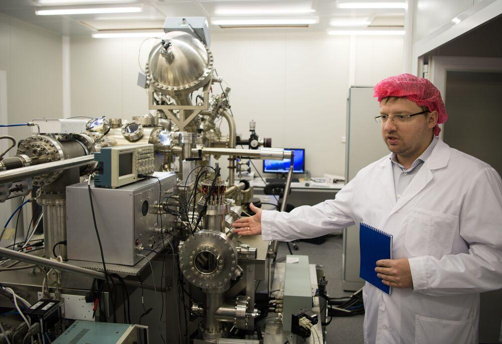 Docent katedry Fizyko-Technicznych Problemów Metropolii Piotr Borysiuk w Nanocentrum Narodowego Badawczego Uniwersytetu Jądrowego MIFI w Moskwie.