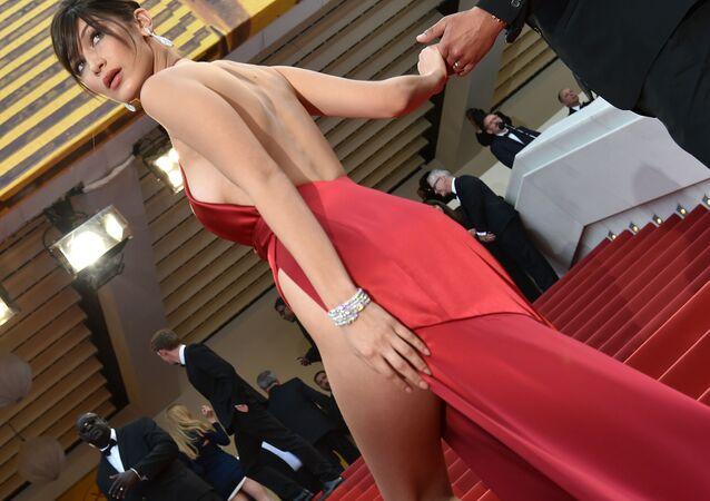 Kilka miesięcy temu Bella Hadid stała się jedną z głównych bohaterek gazet po tym, jak pojawiła się na czerwonym dywanie festiwalu filmowego w Cannes w szkarłatnej sukni z dość śmiałym rozcięciem.