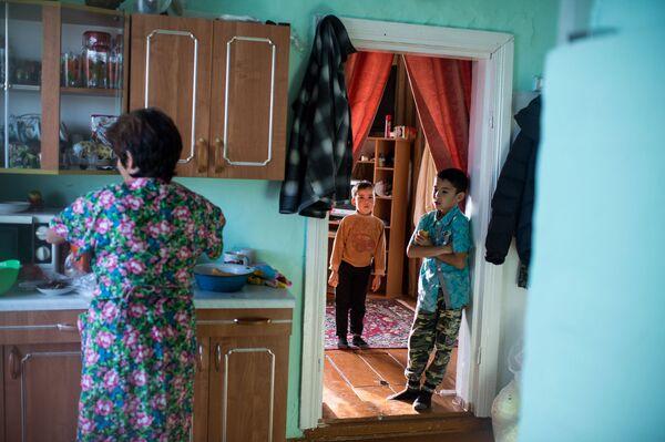 Ajdar wraz z mamą Gulnarą i bratem ciotecznym w swoim domu - Sputnik Polska