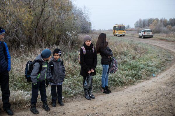 Uczniowie z omskiej wsi Sibiliakowo czekają na autobus - Sputnik Polska