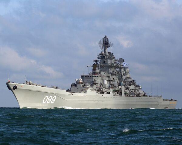 """Krążownik rakietowy z napędem atomowym """"Piotr Wielki"""" jest największym na świecie działającym okrętem bojowym niebędącym lotniskowcem. - Sputnik Polska"""