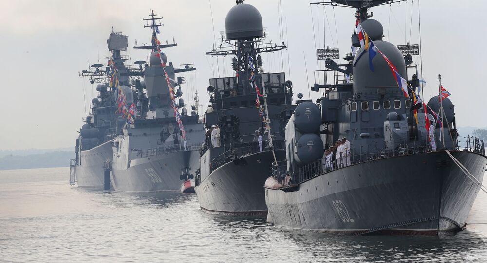 Okręty Floty Bałtyckiej w szyku paradnym podczas próby generalnej parady morskiej z okazji Dnia Marynarki Wojennej Rosji. Na pierwszym planie kuter rakietowy R-129 Kuźnieck