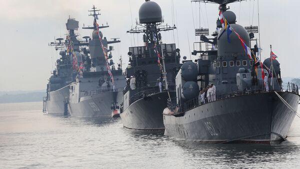 Okręty Floty Bałtyckiej w szyku paradnym podczas próby generalnej parady morskiej z okazji Dnia Marynarki Wojennej Rosji. Na pierwszym planie kuter rakietowy R-129 Kuźnieck - Sputnik Polska