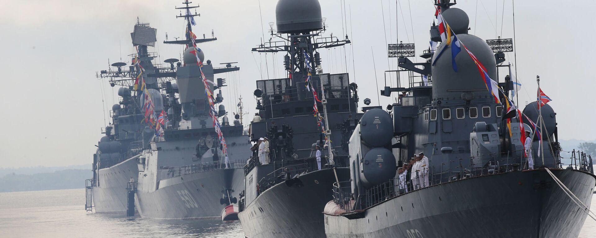 Okręty Floty Bałtyckiej w szyku paradnym podczas próby generalnej parady morskiej z okazji Dnia Marynarki Wojennej Rosji. Na pierwszym planie kuter rakietowy R-129 Kuźnieck - Sputnik Polska, 1920, 13.09.2021