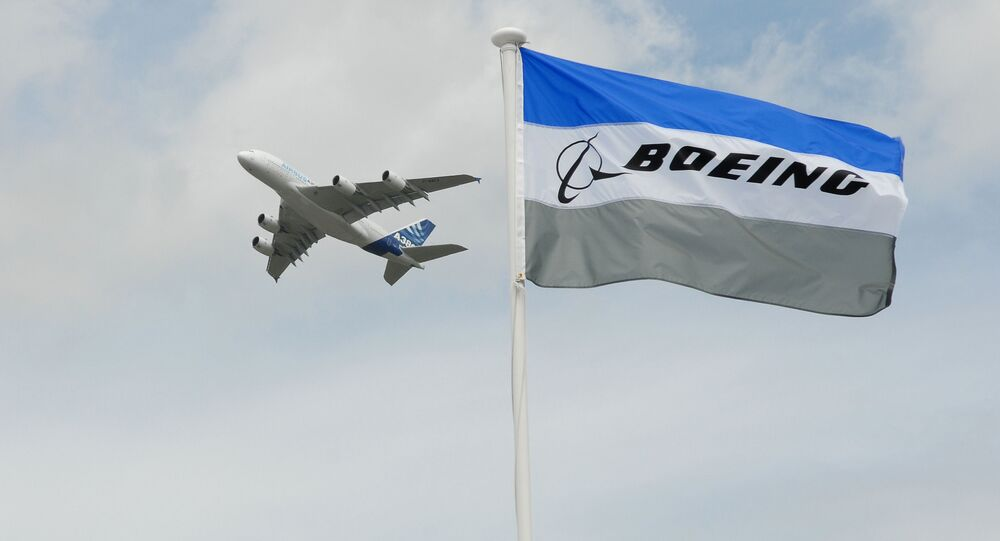 Airbus A 380 na tle flagi kompanii Boeing