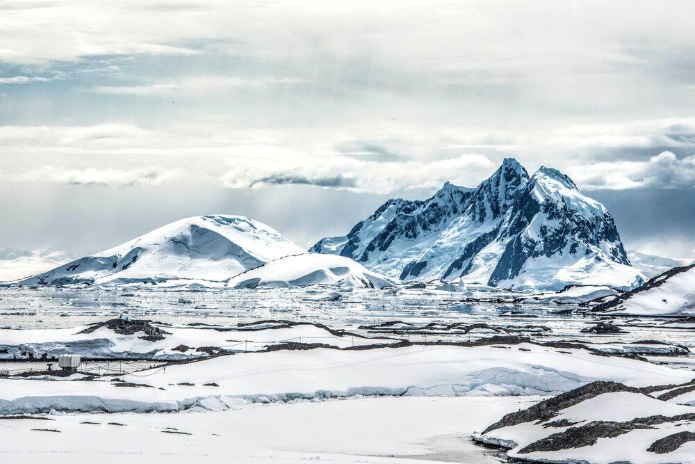 Antarktyda to najwyższy kontynent na planecie. Wznosi się średnio na wysokości 2000 metrów nad poziomem morza przez to, że jest pokryty grubą warstwą lodu.Wysokość środkowej części kontynentu sięga 4500 metra.