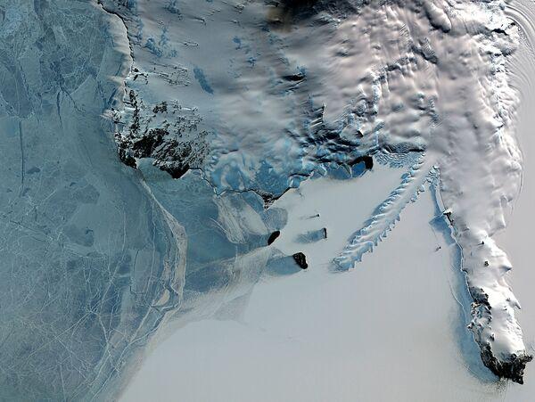 Erebus to najdalej na południe wysunięty czynny wulkan na Ziemi. Znajduje się na wyspie Rossa, gdzie znajdują się jeszcze trzy inne, wygasłe już wulkany. - Sputnik Polska