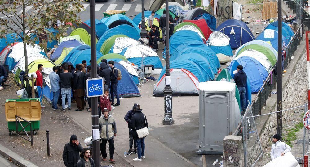 Obóz namiotowy przy stacji metra Stalingrad w Paryżu