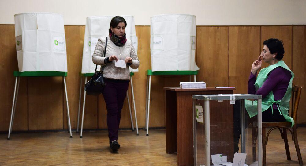 Głosowanie w wyborach parlamentarnych w jednym z lokali wyborczych w Tbilisi