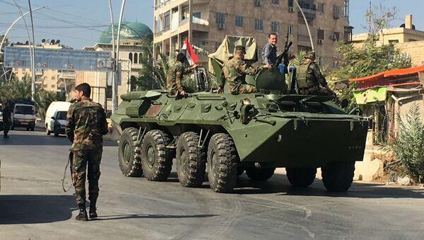 Agitacyjny transporter bojowy w okolicach korytarza humanitarnego Aleppo w Syrii - Sputnik Polska