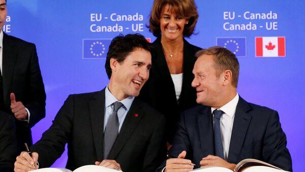 Premier Kanady JustinTrudeau i Donald Tusk podczas podpisania umowy CETA, 30,10. 2016 - Sputnik Polska