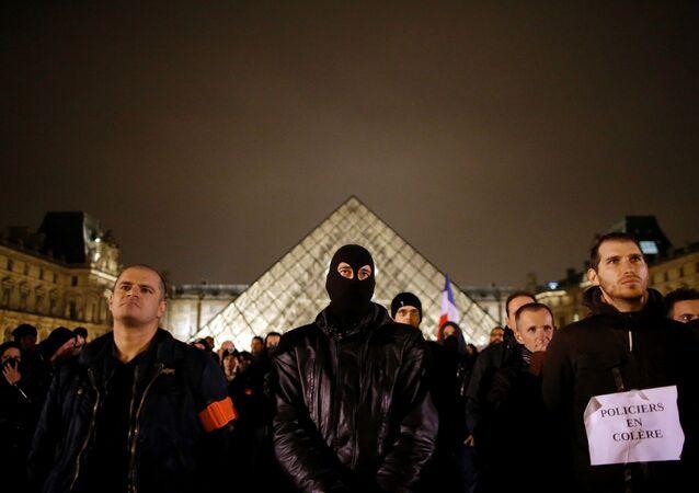 Akcja protestu francuskich policjantów przed Luwrem