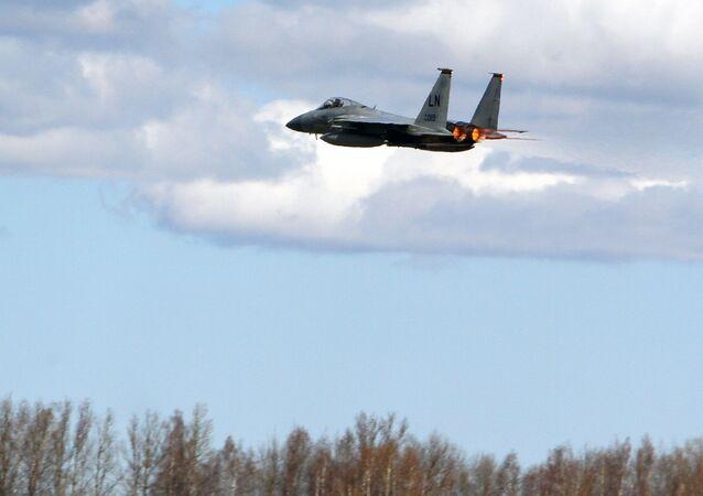 Myśliwiec NATO F15C nad bazą wojenną na Litwie