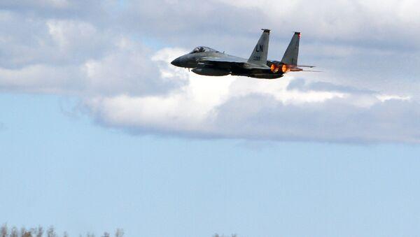 Myśliwiec NATO F15C nad bazą wojenną na Litwie - Sputnik Polska