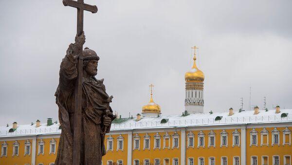 Putin osłonił pomnik św. Włodzimierza - Sputnik Polska