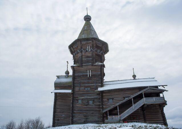 Cerkiew Zaśnięcia Matki Bożej w Kondopodze znajduje się na półwyspie na jeziorze Onega.