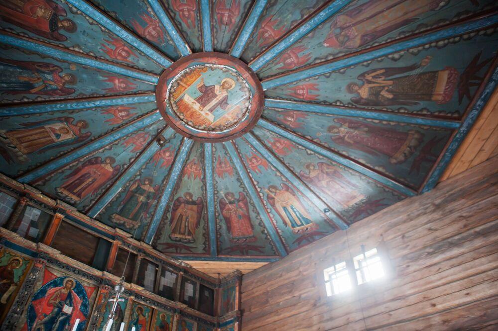 W cerkwi zachował się ikonostas w stylu barokowym i sufit pokryty malowidłami z wizerunkiem niebios.