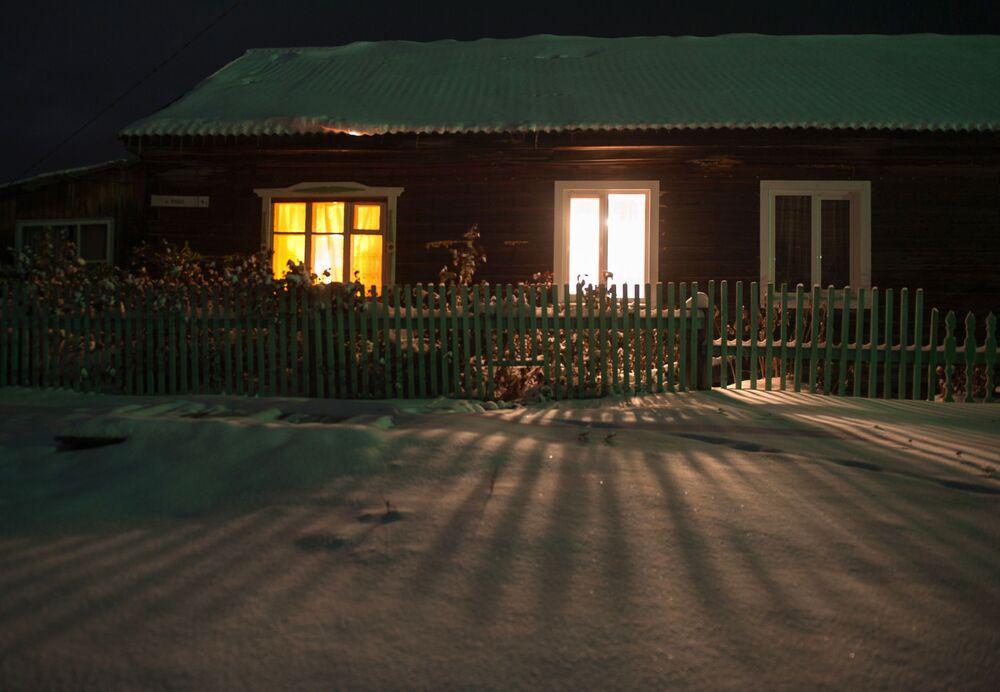 Dom w zaśnieżonej wsi Bieriozowka w obwodzie tomskim