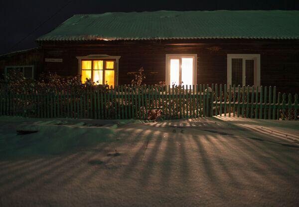 Dom w zaśnieżonej wsi Bieriozowka w obwodzie tomskim - Sputnik Polska