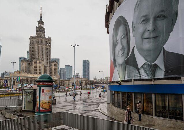 Plakat z wizerunkiem Lecha Kaczyńskiej i jego żony