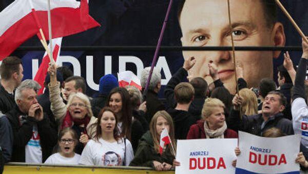 Wyborcy z portretem Andrzeja Duda na tle podczas kampanii wyborczej - Sputnik Polska