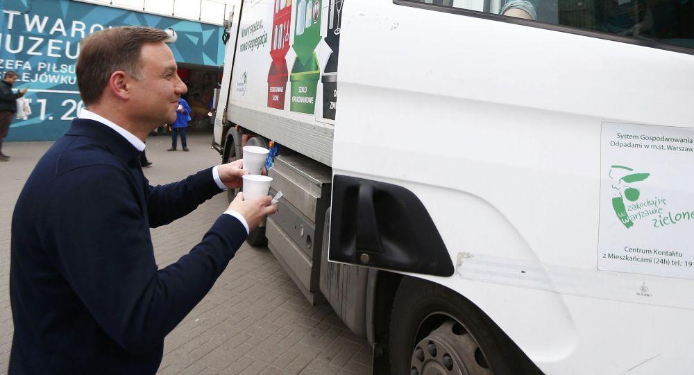 Kandydat na prezydenta Andrzej Duda rozdaje kawę w Warszawie