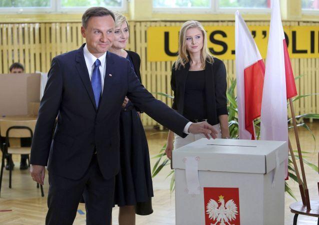 Kandydat na prezydenta Andrzej Duda głosuje na wyborach prezydenckich w Polsce