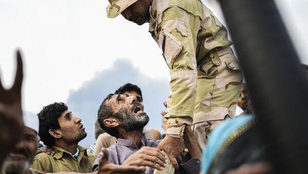 Irakijczycy czekają na rozdanie produktów żywnościowych w obozie dla uchodźców w Mosulu - Sputnik Polska
