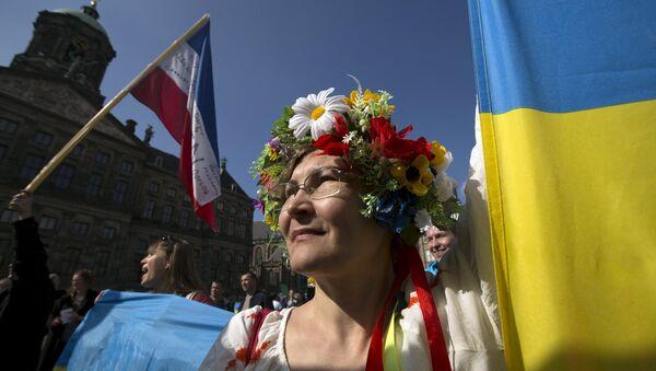 Ukrainka przed pałacem prezydenckim podczas demonstracji ws. referendum o wstąpieniu Ukrainy do UE, Amsterdam, kwiecień 2016 - Sputnik Polska