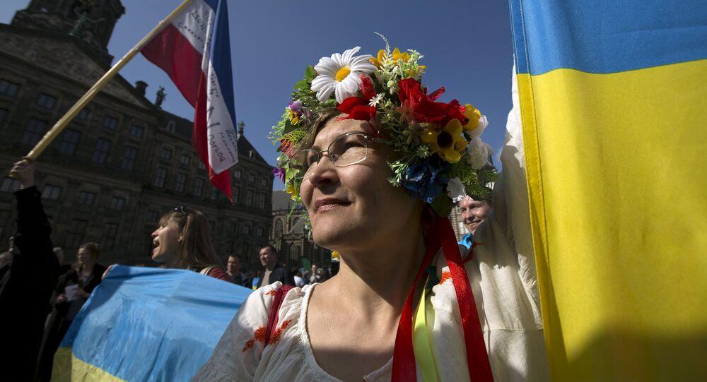 Ukrainka przed pałacem prezydenckim podczas demonstracji ws. referendum o wstąpieniu Ukrainy do UE, Amsterdam, kwiecień 2016