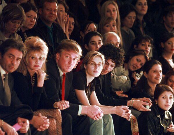 Donald Trump podczas pokazu mody w Nowym Jorku w 1997 roku - Sputnik Polska