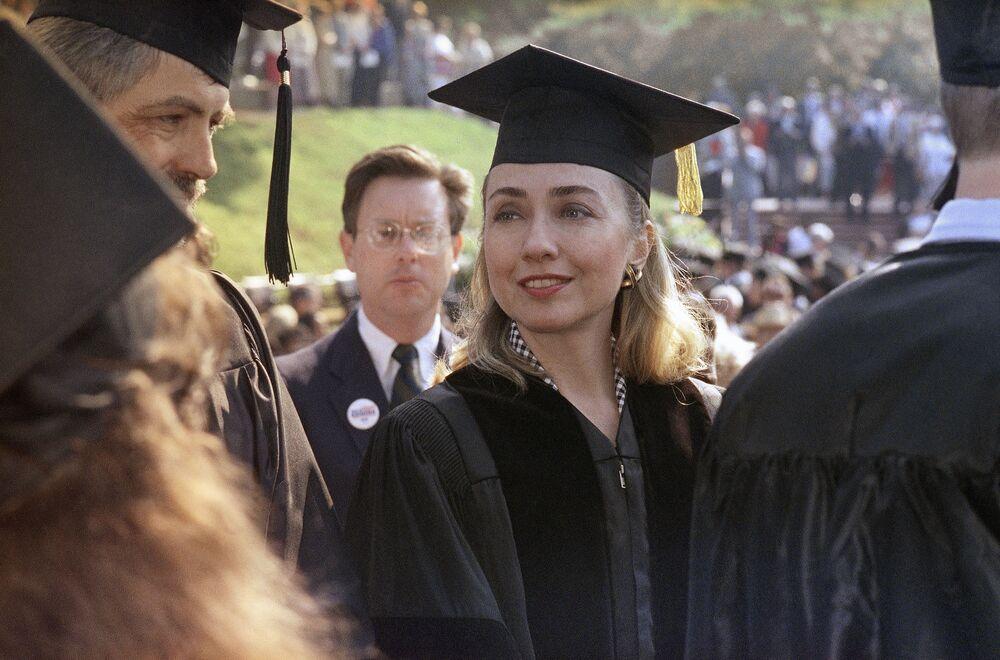 Hillary Clinton otrzymuje stopień doktora nauk prawnych w 1992 roku
