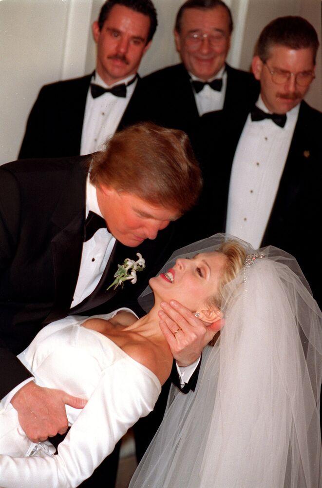 Donald Trump całuje swoją narzeczoną podczas ceremonii ślubnej w Nowym Jorku w 1992 roku