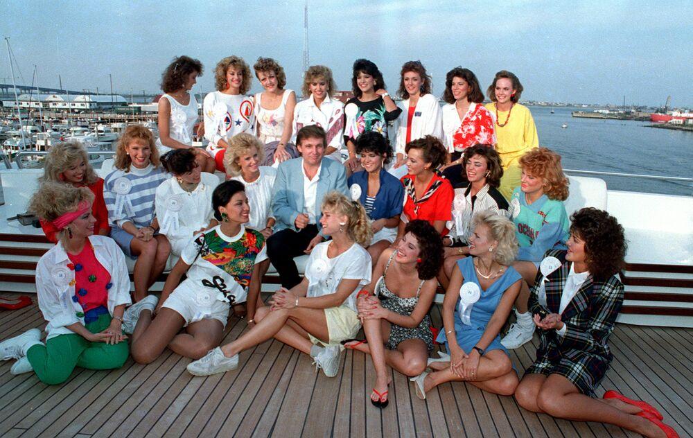 Donald Trump z uczestniczkami konkursu piękności na własnym jachcie w Atlantic City w 1988 roku