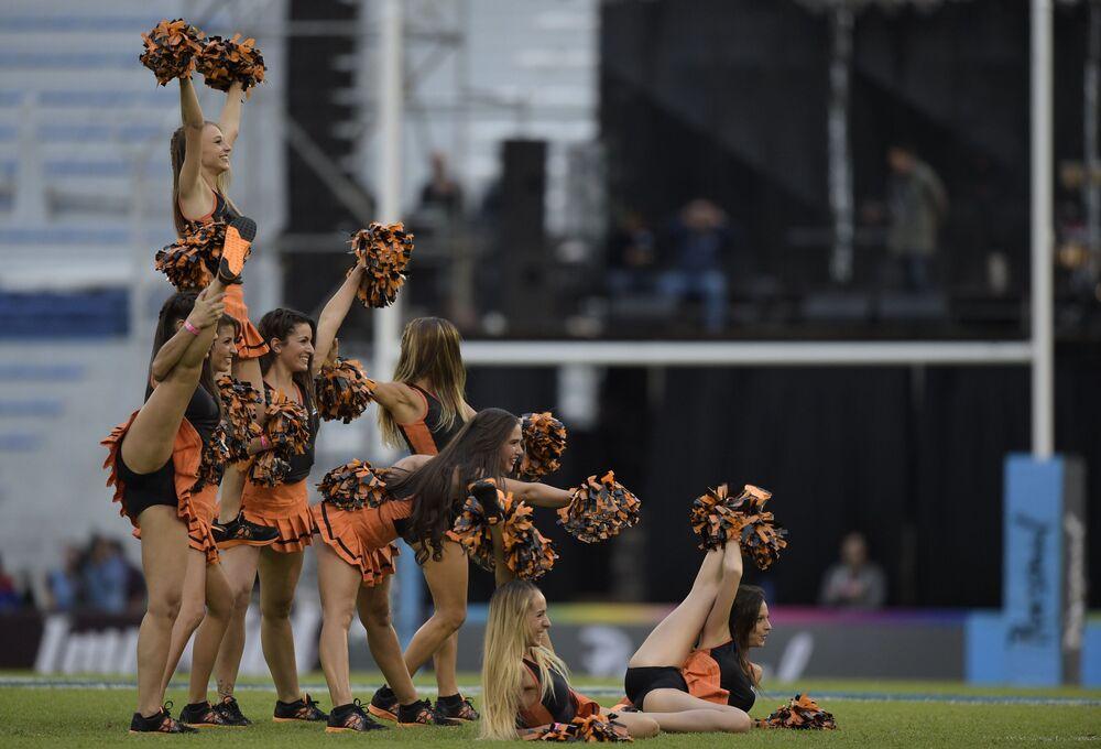 Cheerleaderki podczas meczu rugby w Argentynie