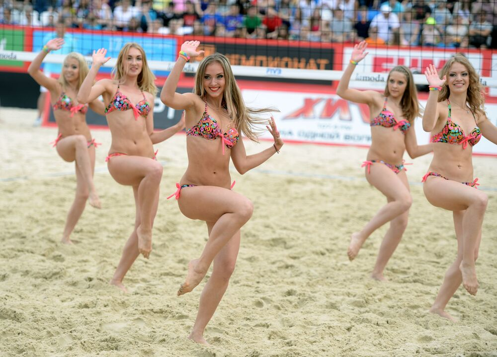 Występ cheerleaderek na etapie Wielkiego Szlema w siatkówce plażowej w Moskwie