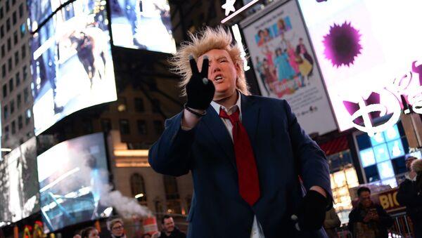 Człowiek w masce z wizerunkiem Donalda Trumpa na Times Square w Nowym Jorku - Sputnik Polska