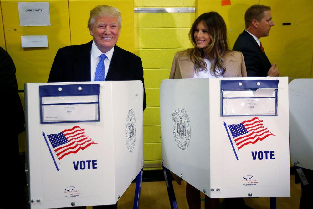 Kandydat na prezydenta USA Donald Trump i jego żona Melania w lokalu wyborczym w Nowym Jorku.