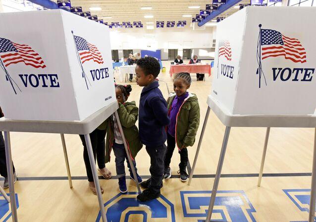 Dzieci czekają na rodziców  głosujących w wyborach prezydenckich  w USA