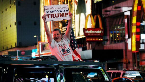 Zwolennik Donalda Trumpa w Nowym Jorku z plakatem w ręku - Sputnik Polska