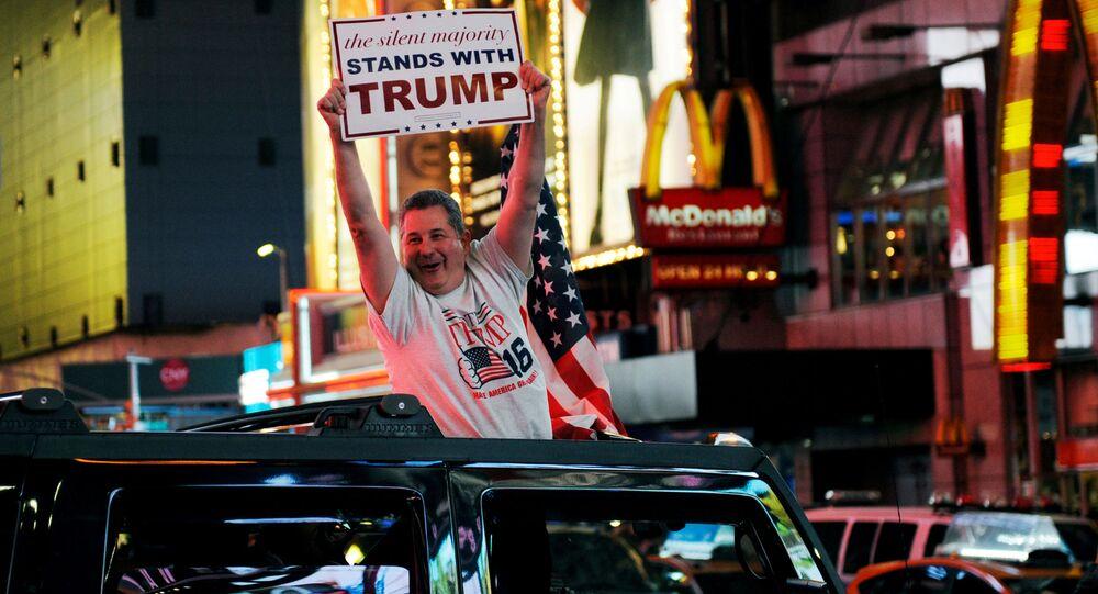 Zwolennik Donalda Trumpa w Nowym Jorku z plakatem w ręku